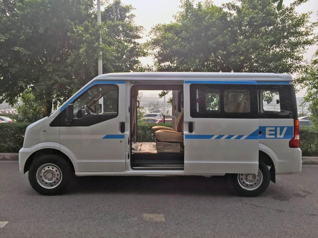 深圳拉货载客两不误纯电动面包车